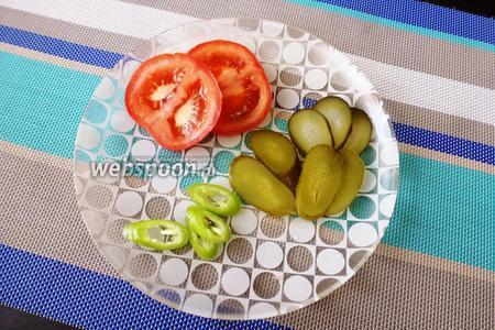 Тонко нарезать помидор (0,5 шт.), 1 солёный огурец, перец чили (четверть стручка). Из чили уберите семена и перегородки, в них самая острота. При желании острый перец можно исключить, но с ним очень вкусно получается!