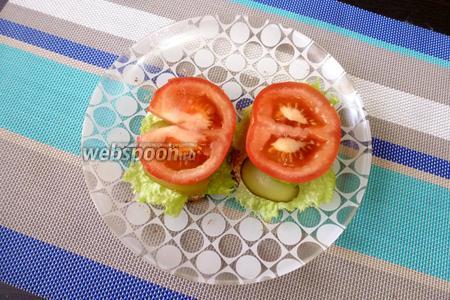 Следом положить по колечку помидора.