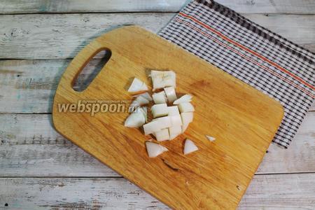 Нарежьте кубиком белый или обычный репчатый лук (90 г).