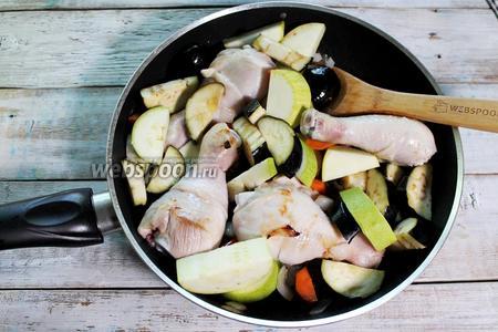 Добавьте подготовленные баклажан и кабачок на сковороду и обжаривайте минут 10, периодически помешивая и переворачивая овощи и курицу, чтобы всё покрывалось равномерной золотистой корочкой. Огонь можно увеличить.