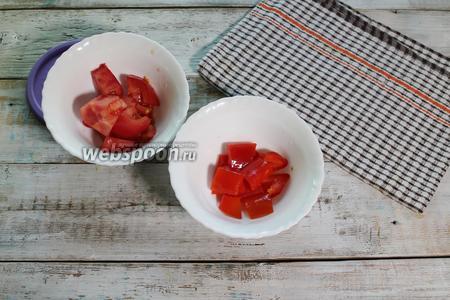 Кубиком нарежьте сладкий красный перец (30 г) и очень спелый помидор (50 г).