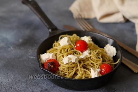 Спагетти с соусом песто и козьим сыром