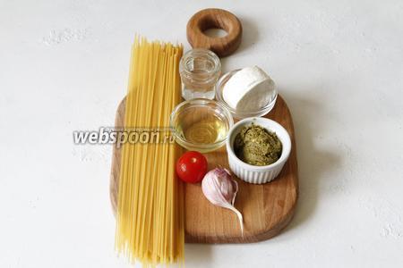 Для приготовления вам понадобится козий сыр, оливковое масло, помидоры черри, чеснок, соус песто, спагетти, вода.