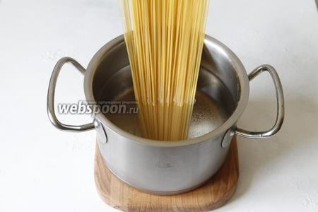 В кипящую воду (1500 мл), забросить спагетти (200 г), из расчёта на одну порцию 100 г. Варить спагетти согласно инструкции на упаковке. Воду я не солила, так как соус Песто и сыр у меня были солёными.