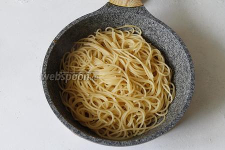 Как только спагетти будут готовы, откинуть их на дуршлаг и переложить в сковороду.