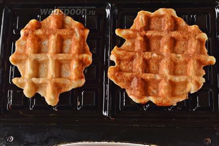 Разогретые пластины вафельницы (для бельгийских вафель) смазать тонким слоем подсолнечного масла (всего использовать в работе 25 мл масла). На середину каждой пластины выложить по 1,5-2 столовых ложки теста. Закрыть крышку вафельницы и выпекать примерно 5 минут до готовности вафель.