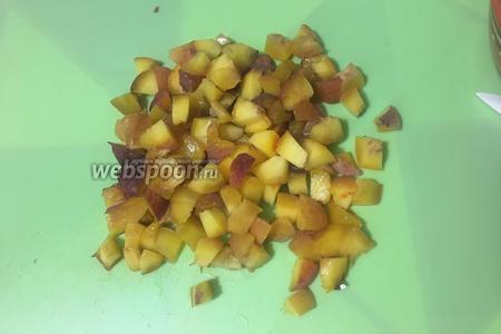 Мелко нарезаем 3 персика (4-й пойдёт на украшение чизкейка). Если у персиков жёсткая кожура, то её лучше предварительно снять.