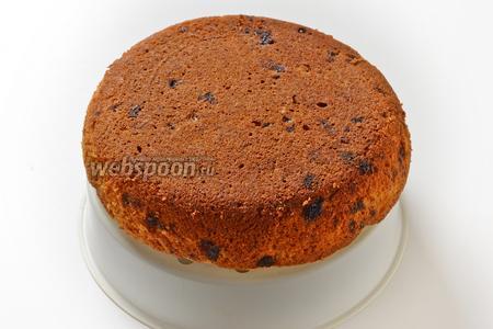 Вынуть кекс с помощью чаши для варки на пару. Остудить. Банановый кекс готов к подаче.