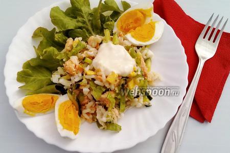 Рисовый салат с консервированным лососем и огурцом