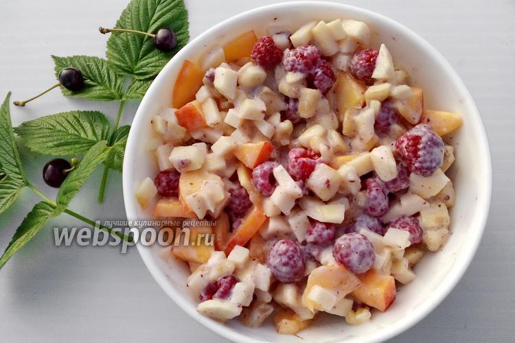 Фото Фруктовый салат с нектарином, малиной и йогуртом