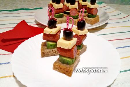 Фото рецепта Канапе с чёрным хлебом, сыром, охотничьими колбасками и огурцом