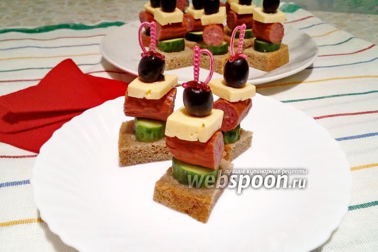 Фото Канапе с чёрным хлебом, сыром, охотничьими колбасками и огурцом