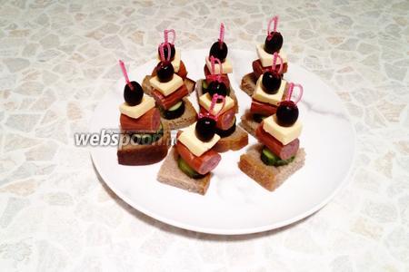 Вкусные канапе с чёрным хлебом, сыром и охотничьими колбасками к праздничному столу готовы! Приятного аппетита!