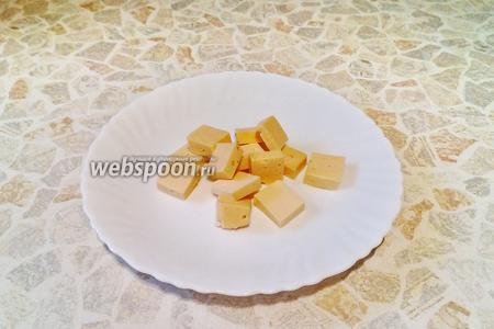 На одинаковые кусочки режем российский сыр (40 г).