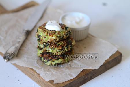 Фото рецепта Кабачковые оладьи с киноа и шпинатом