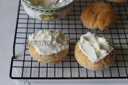 Собираем слойки. На слойку выложить крем из творожного сыра.