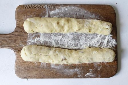 Разделить тесто на 2 части и сформировать из него полено.