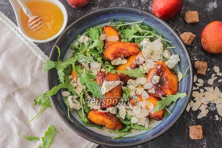 Салат с карамелизированными персиками и с голубым сыром