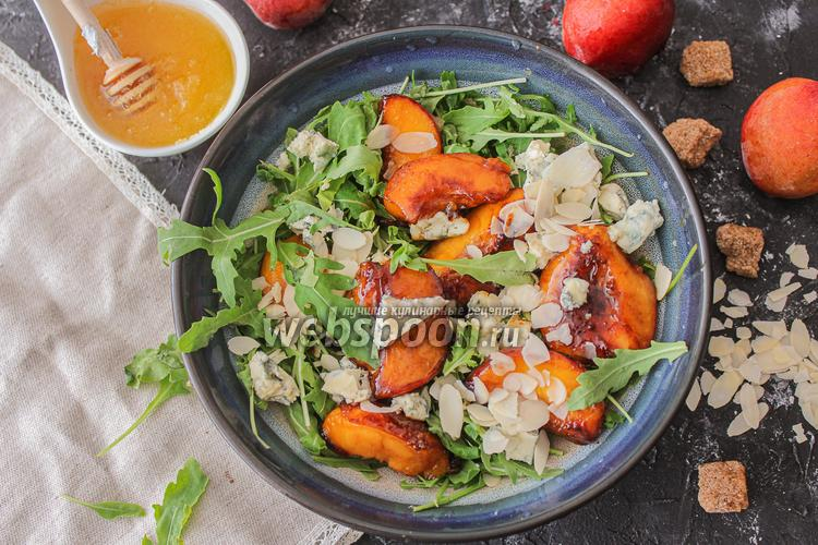 Фото Салат с карамелизированными персиками и с голубым сыром