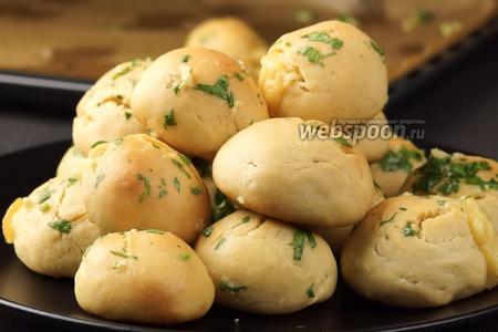 Фото рецепта Булочки с сыром и чесноком. Видео-рецепт