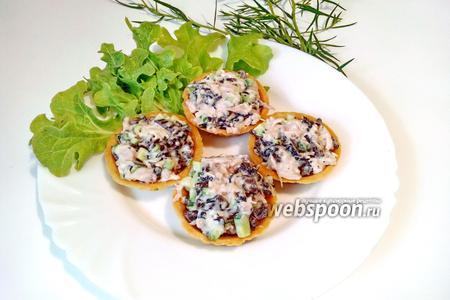 Тарталетки с курицей и грибами с огурцом