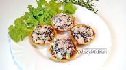 Фото рецепта Тарталетки с курицей и грибами с огурцом