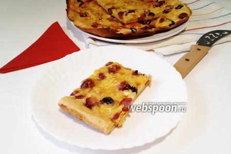 Пицца на жидком тесте с охотничьими колбасками и маслинами