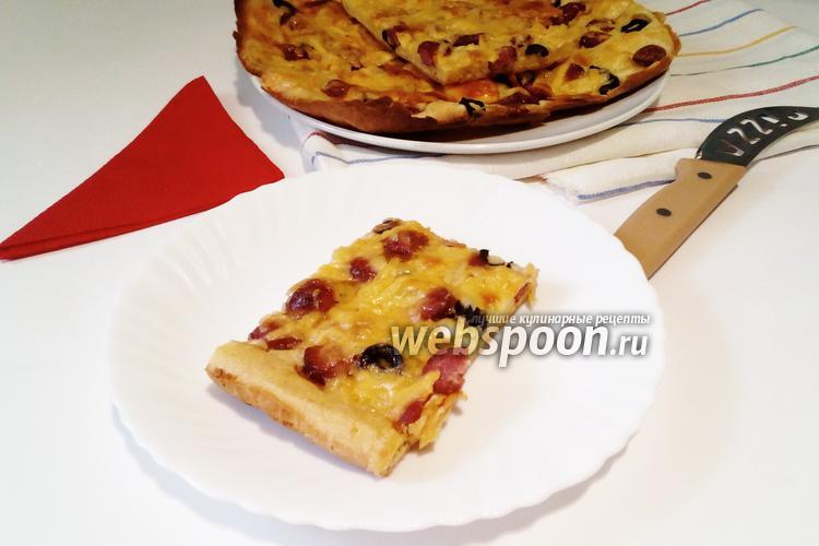 Фото Пицца на жидком тесте с охотничьими колбасками и маслинами