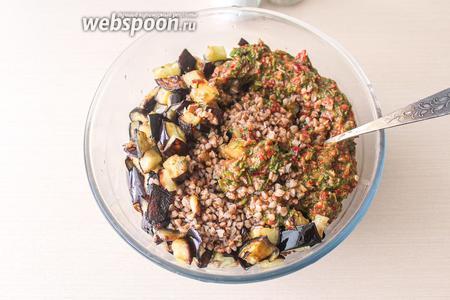 В салатнике соедините 2 стакана отварной гречки, подготовленную заправку и жаренные баклажаны.
