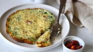 Фото рецепта Омлет с вялеными помидорами, зелёным луком и сыром