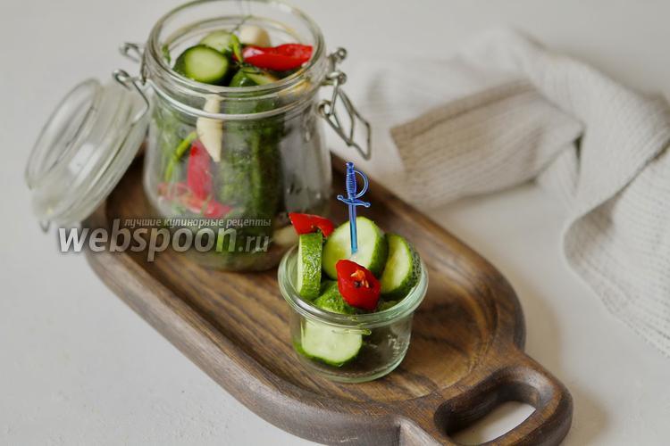 Фото Малосольные огурцы с чесноком и перцем чили