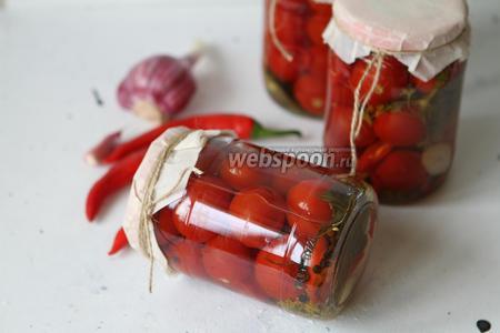 Фото рецепта Маринованные помидоры с перцем чили на зиму