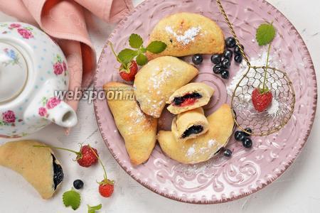 Фото рецепта Пирожки с малиной и черникой