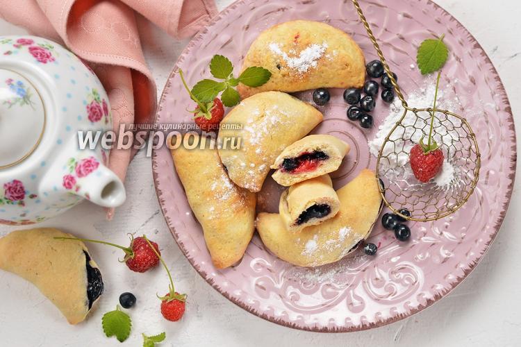 Фото Пирожки с малиной и черникой