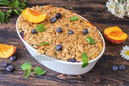 Фото рецепта Крамбл с персиками и овсяной крошкой