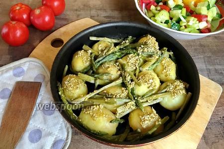 Печёный картофель со спаржей и чесноком