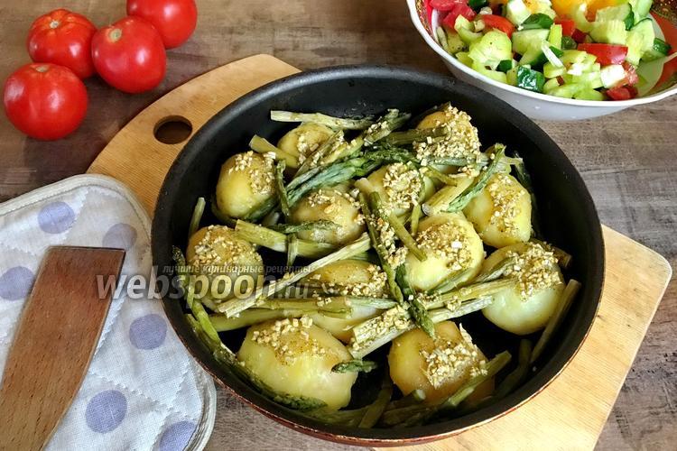 Фото Печёный картофель со спаржей и чесноком