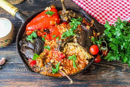 Баклажаны и перцы фаршированные овощами и булгуром на сковороде