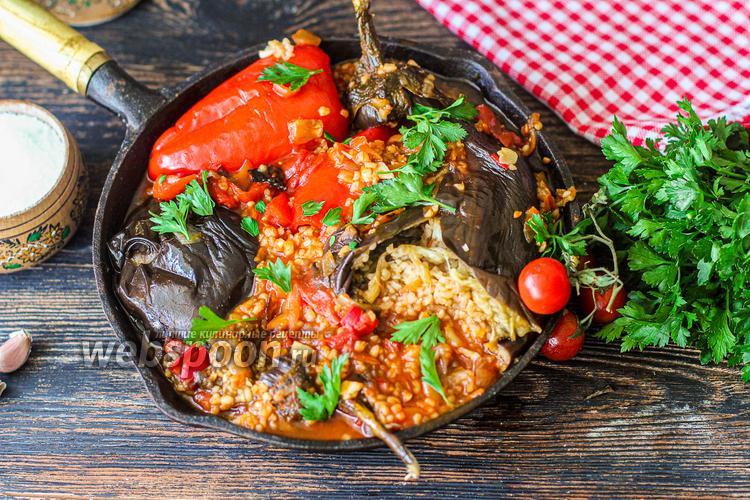 Фото Баклажаны и перцы фаршированные овощами и булгуром на сковороде