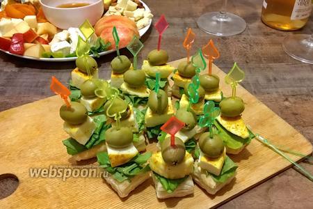 Закусочные канапе из слоёного теста с пикантным сыром и оливкой