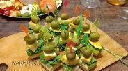 Фото рецепта Закусочные канапе из слоёного теста с пикантным сыром и оливкой