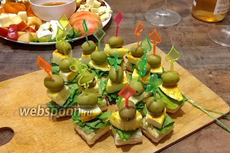 Фото Закусочные канапе из слоёного теста с пикантным сыром и оливкой