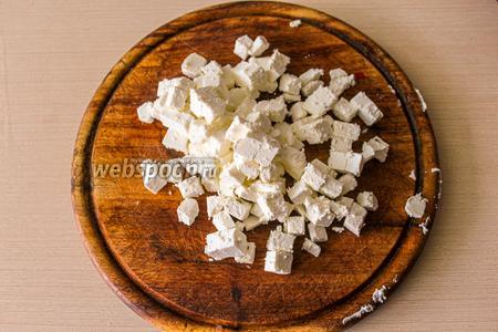 Сыр Фета (200 грамм) нарежьте небольшим кубиком.