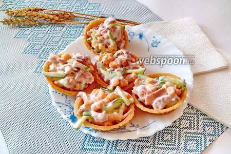 Фото рецепта Тарталетки с копчёной курицей и огурцом