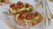 Фото рецепта Брускетта с авокадо и вялеными помидорами