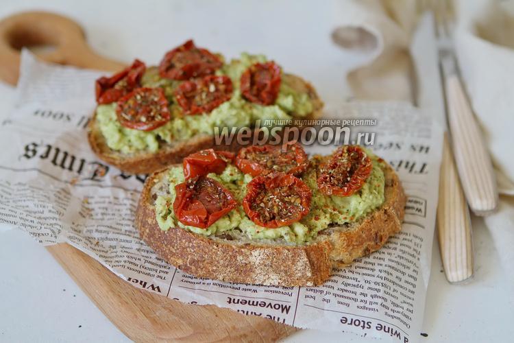 Фото Брускетта с авокадо и вялеными помидорами