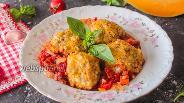 Фото рецепта Тефтели с перловкой и тыквой в томатном соусе