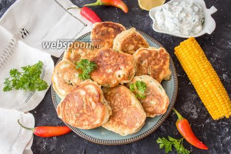 Фото рецепта Оладьи из кукурузы с йогуртовым соусом