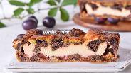 Фото рецепта Пирог со сливами и творогом