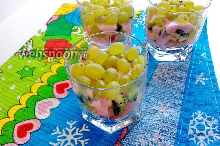 Фото Фруктовый салат с бананом, киви и яблоком в стакане